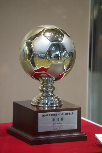 天皇杯準優勝のトロフィー(NHK杯)