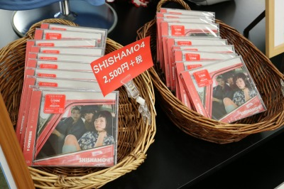 イトーヨーカドー武蔵小杉駅前店 川崎フロンターレオフィシャルグッズショップでの「SHISHAMO」コーナー