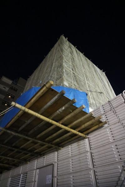 リニューアル工事中の屋上看板(屋上から至近距離で)