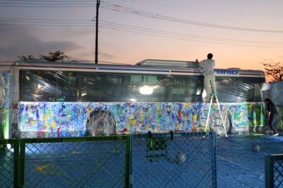 ペンキで塗装された東急バス