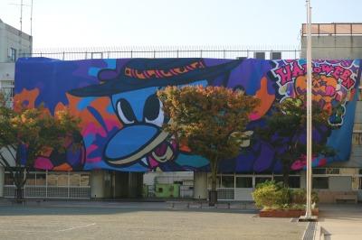 校舎壁面に掲出された川崎フロンターレのビッグフラッグ