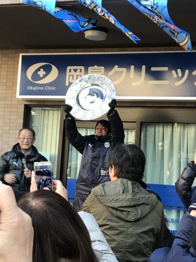 法政通り商店街でシャーレを掲げる中村憲剛選手と、藁科社長