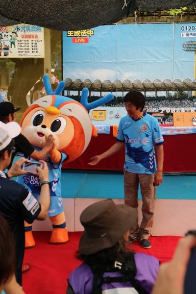 高田社長とヴィヴィ君の記念撮影イベント