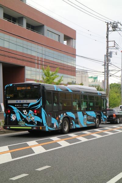 選手送迎バスを模した東急のラッピングバス