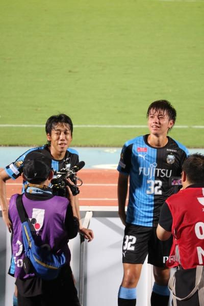 中村憲剛選手とインタビューを受ける田中碧選手