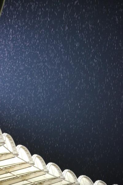 雨が降ってきた等々力陸上競技場