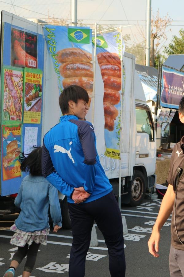 会場を歩く田中碧選手