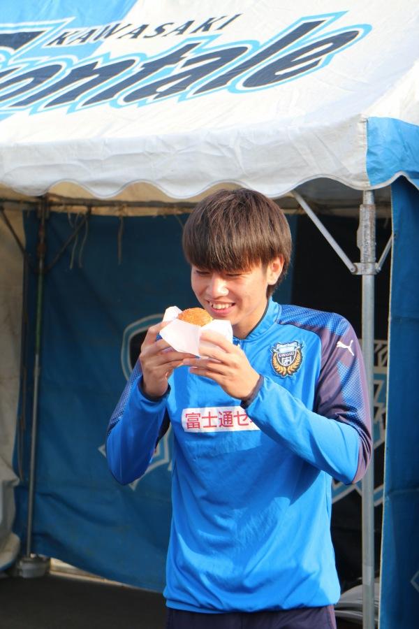 コロッケを食べる田中碧選手