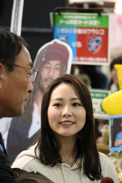 応援番組「SukiSukiフロンターレ」の阿井理沙さんと藁科社長