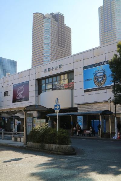 JR武蔵小杉駅北口の両クラブロゴ・エンブレム掲示