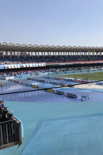 トラックが青色に染め上げられた等々力陸上競技場