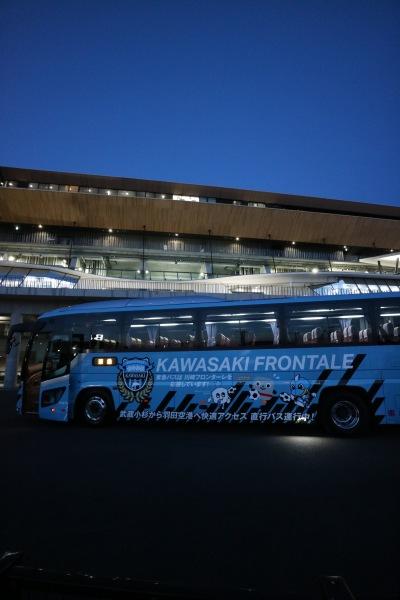 等々力陸上競技場に到着したラッピングバス