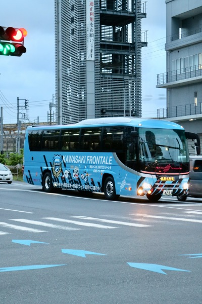 綱島街道から武蔵小杉駅方面に到着したラッピングバス