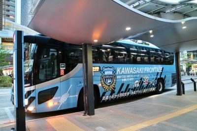 武蔵小杉駅東口駅前広場に停車したラッピングバス