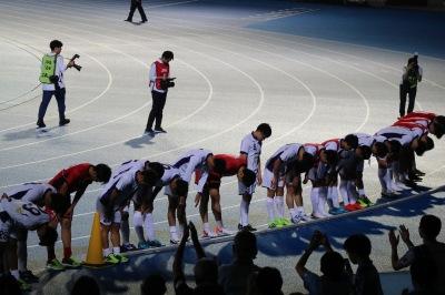 試合終了後に川崎フロンターレサポーターに挨拶をする明治大学の選手たち