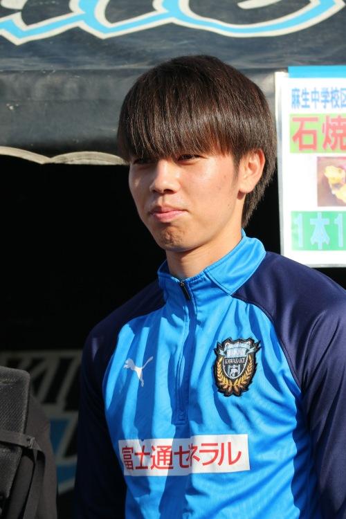 飲食ブースでサービスする田中碧選手