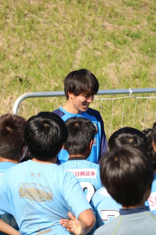 サッカー教室に参加の脇坂泰斗選手