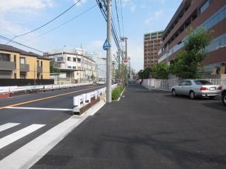 歩道が拡幅された東京応化工業前