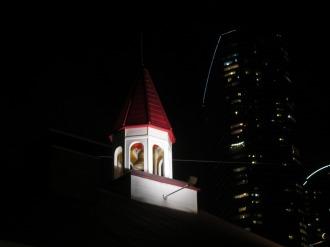 ライトアップされた屋根の上の鐘