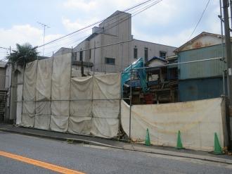 解体が進む近隣の建物