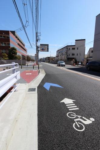 歩道に入る府中街道の自転車専用レーン