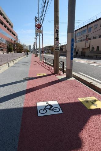 歩道を二分する自転車専用レーン
