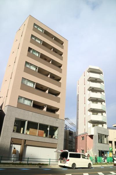 市ノ坪交差点近くの新築ビル(左側が「SOARS」)