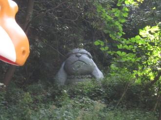 奥の茂みのバウワンコ像