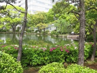 沿道から見える富士通川崎工場の池