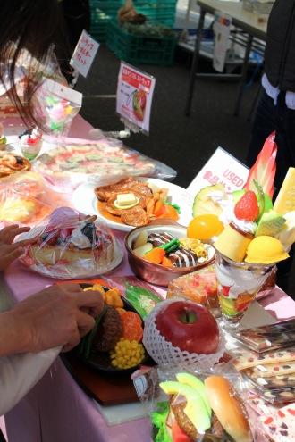 本館ビル前の食品サンプル展示及び製作体験