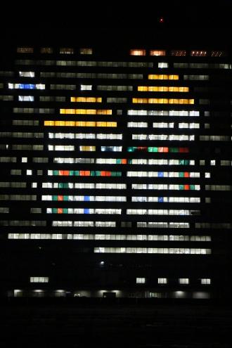富士通川崎工場本館のウインドウアート(多摩川側)