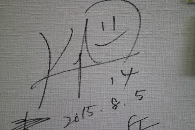 ギャラリーの壁の写真とサイン