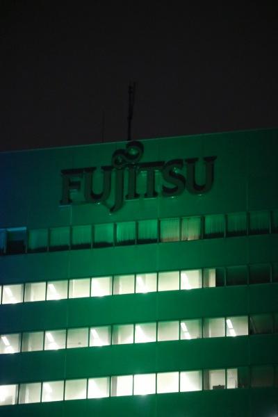 緑色に染まった富士通のロゴ