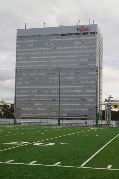 「FRONTIERS Field」から見た富士通川崎工場本館ビル