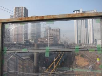 シースルーの壁から見える再開発ビル