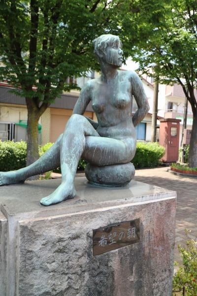 広場の銅像「希望の朝」(圓鍔元規氏作)