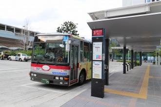 「玉11系統」が発着する武蔵小杉駅東口駅前広場の3番乗り場