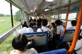 満席に近くなったバス