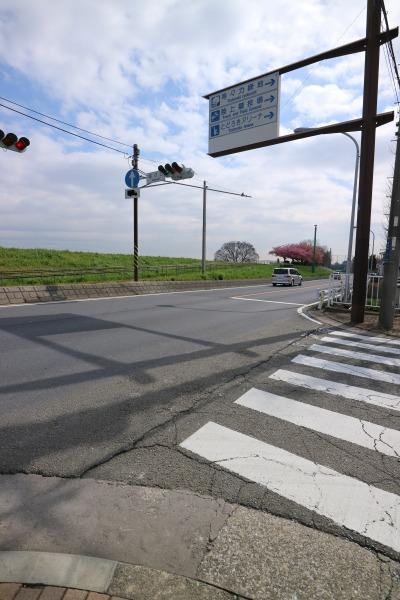 標識通りに、まずは多摩沿線道路に出る
