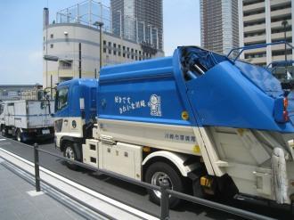 横須賀線武蔵小杉駅ロータリーのごみ収集車