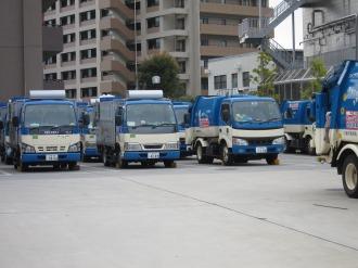 中原生活環境事業所に並ぶ普通ごみの収集車