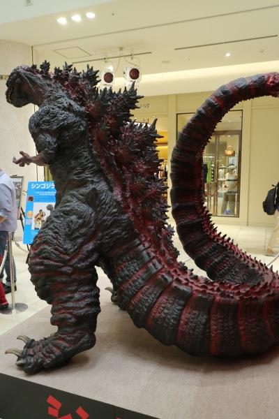 グランツリー武蔵小杉に登場した「1/60シン・ゴジラ像」
