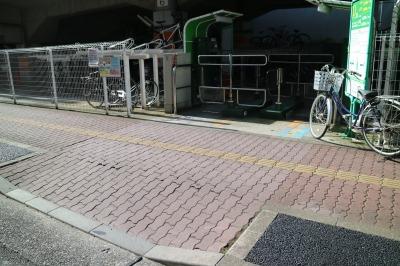 高架下の駐輪場と入口