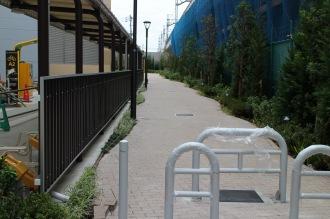東急線高架沿いの通り抜け道路