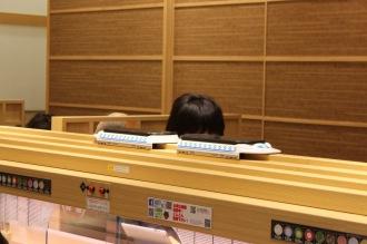 新幹線で運ばれてくるお寿司