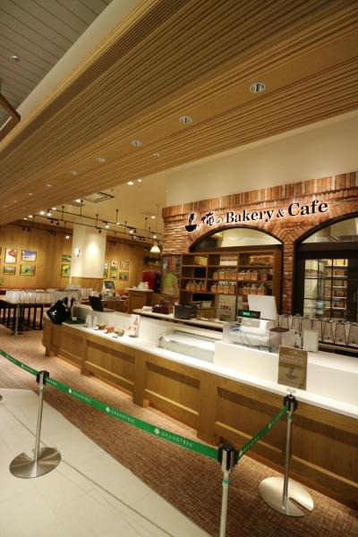 「俺のBakery&Cafe」のレジとパン工場