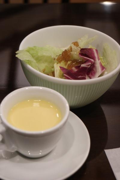 セットのスープとサラダ