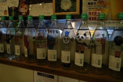 カウンターに並んだ瓶