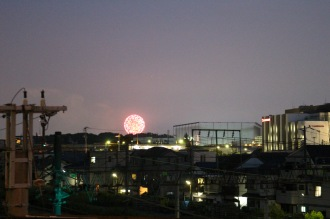 府中街道「御幸跨線橋」からの神奈川新聞花火大会