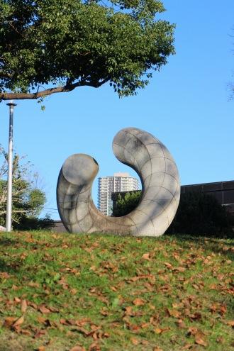「亜空の環」の間に見えるプラウドタワー武蔵小杉